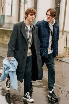 Vintage Outfits Discover The Best Street Style from Paris Fashion Week As the fashion marathon enters week two here are our favorite looks from Paris from extra-chunky sneakers to extremely touchable topcoats. Sneakers Mode, Sneakers Fashion, Fashion Boots, Casual Sneakers, Converse Fashion, Casual Blazer, Blazer Outfits, Jordans Sneakers, Air Jordans