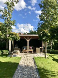 Overkapping loungeset landelijke tuin Outside Room, Outside Living, Outdoor Living, Porch Area, Getaway Cabins, Outdoor Pergola, Garden Seating, Pergola Designs, Colorful Garden