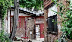 Balade enchantée dans le 20ème : Le charme d'une bourgade en plein Paris. Son clocher, ses pavés et ses maisons basses. Accordez-vous une pause bucolique dans l'ancien village de Charonne (20e).