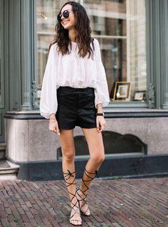 Short en cuir taille haute + blouse blanche + sandales gladiator = le bon mix