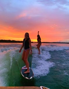 The first thing I do every early morning is go online to check the surf. If the waves are good, I'll go surf. Photos Bff, Best Friend Photos, Best Friend Goals, Friend Pics, Summer Feeling, Summer Vibes, Summer Nights, Summer Things, Surfing Lifestyle