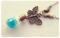 Colgante botellita de brillantina con mariposa. por 13thPsyche