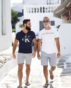 Stylish Casual Summer Outfits Ideas For Mens Menscasual Mensoutfits Outfitsideasformen Mens Fashion Summer Outfits, Casual Summer Outfits, Stylish Men, Men Casual, Masculine Style, Mens Clothing Styles, Menswear, Flip Flops, Floral Outfits