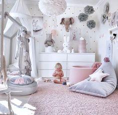 Mädchenzimmer Inspiration in rosa, grau und weiß 💕 Wie gefällt's Euch? Das runde Samtkissen in grau, die Miffy Lampe und natürlich viele…