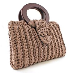 Hoooked is your one-stop shop for sustainable yarn (including Zpagetti T-shirt yarn), DIY kits, and patterns for knitting, crochet and macramé! Bag Crochet, Crochet Clutch, Crochet Handbags, Crochet Purses, Crochet Yarn, Diy Crochet Patterns, Knitting Patterns, Sacs Design, Diy Bags Purses
