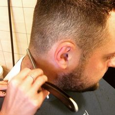 W Barber dla ładnego wykończenia obiwiązkowo podgalamy brzytwą :) #barber #hairstyle #golenie #beard #broda #brzytwa #strzyżeniemeskie #wilanów #konstancin #fryzjer