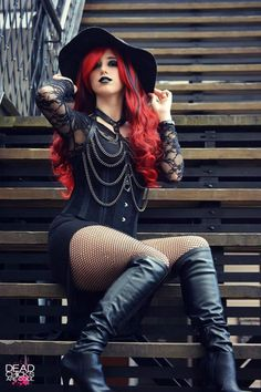 Top Gothic Fashion Tips To Keep You In Style. As trends change, and you age, be willing to alter your style so that you can always look your best. Consistently using good gothic fashion sense can help Glamour Fashion, Dark Fashion, Gothic Fashion, Dark Beauty, Goth Beauty, Alternative Mode, Alternative Fashion, Hot Goth Girls, Gothic Models