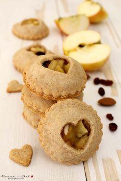 I biscotti alle mele sono dei biscottini deliziosi, croccanti e con un morbido ripieno. Leggerissimi e senza burro e uova, vi conquisteranno al primo morso! Biscuit Cake, Tasty, Yummy Food, Vegan Cake, Cookie Decorating, Baked Goods, Bakery, Doughnut, Food Porn
