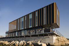 Edificio de servicios náutico deportivos. Portonovo. Galicia. Díaz y Díaz Arquitectos / Nautical sports services building. Architecture, facade, sea. Wood slats https://www.diazydiazarquitectos.com/proyectos/nautico-deportivo-portonovo-pontevedra-galicia/