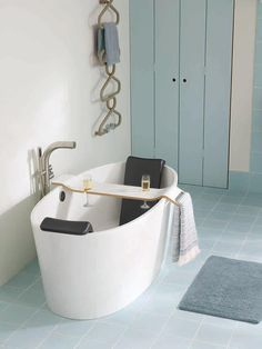 Thursday relaxation with a glass of wine, bliss. Everyone needs the #tombolo in their bathroom!http://vandabaths.com/us/americas/product/tombolo-10/ …