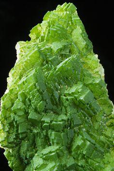 Duftite 8.BH.35  PbCuAsO 4 (OH) 8: Phosphaten, Arsenate, Vanadate  B: Phosphate usw., mit zusätzlichen Anionen, ohne H 2 O  H: Mit mittelgroßen und großen Kationen (OH, usw.): RO 4 = 1: 1