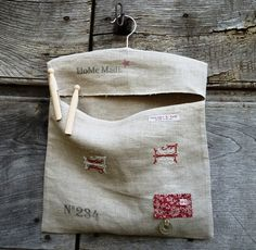Sac à pince à linge monté sur cintre en bois, en lin brodé et imprimé vintage. : Textiles et tapis par garance-kaki