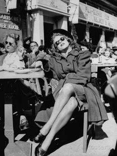 solo-vintage: People sitting at a sidewalk cafe in Berlin, Germany, photographed by Walter Sanders, Robert Doisneau, 1940s Fashion, Vintage Fashion, Sidewalk Cafe, Moda Vintage, Retro Vintage, Vintage Cafe, Vintage Style, People Sitting