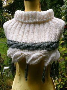 Strick-Schulterwärmer, weiß mit grauem Zopf von Meine Strickerei auf DaWanda.com