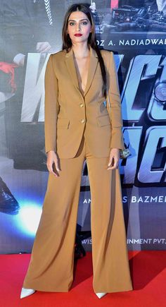 Sonam Kapoor at 'Welcome Back' premiere.