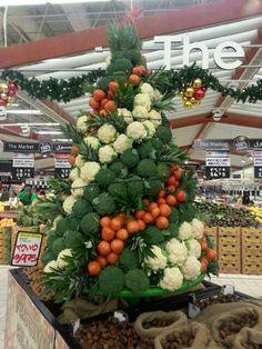 Merry Christmas (Joyeux Noël) Supermarket Design, Retail Store Design, Produce Displays, Farmers Market Display, Fruit And Vegetable Storage, Food Retail, Fruit Shop, Fruit Flowers, Farm Shop