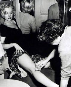 Marilyn Monroe having her legs made up.