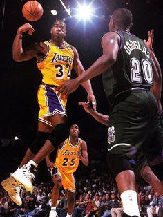 """14 de agosto – 1959: nacimiento de Earvin """"Magic"""" Jonhson, excusador de basquet estadounidense, considerado uno de los mejores de la historia. Referente clave del equipo Los Angeles Lakers. 17mil puntos y más de 6mil rebotes con 10mil asistencias."""