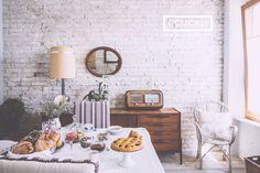 Sala da pranzo dove viene servita la colazione. Mobile vintage di Teak danese più altri pezzi unici dell'epoca - Dining room with breakfast table. Vintage Danish teak furniture - I Cucali B&B