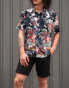 Camisas masculinas em tecidos e estampas garimpados para edições limitadas 4845bde476e0c