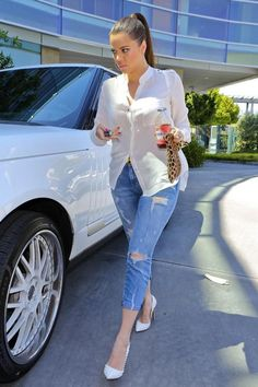 Ripped jeans and white shirt Estilo Khloe Kardashian, Kim Kardashian Show, Kardashian Fashion, Kardashian Family, Denim Fashion, Look Fashion, Fashion Outfits, Classy Outfits, Casual Outfits