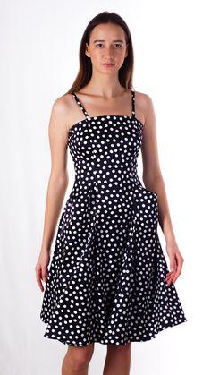 Платье в горох на брителях с стильными внутринными карманами. В таком платье на вечеринке или на работе Вы будете выглядеть самой яркой и стильной.