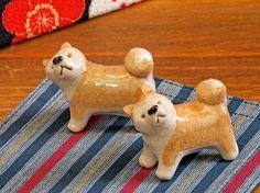 プーチン大統領のためと 旅館の女将が用意した秋田犬の箸置き。小さな小さな秋田犬にプーチン大統領は一目惚れ。食事を終えると持って帰ったといいます。 Japanese Chopsticks, Japon Tokyo, Chopstick Rest, Ceramic Animals, Animal Sculptures, Porcelain Ceramics, Shiba Inu, Akita, Cute Designs