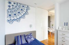 MIESZKANIE. Ścianę nad łóżkiem w sypialni zdobi namalowany przez szablon motyw, który pani Patrycji kojarzy się z serwetką. Przypomina ją ró...