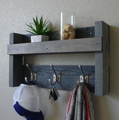 Terrific Absolutely Free pallet Coat Hanger Concepts Coat Hangers are useful little objects most of us need to hang our favorite clothes in the closet ne Pallet Furniture Shelves, Diy Furniture, Metal Coat Hangers, Wood Coat Hanger, Shelf Hooks, Rustic Entryway, Foyer Decorating, Diy Wood Projects, Wood Pallets