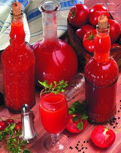 Hozzávalók I. változat: 5 kg érett, egészséges paradicsom II. változat: 2,5 kg érett paradicsom, 2-3 zellerlevél, fél csokor petrezselyem, 1 húsos zöldpaprika (tévépaprika), 1 közepes vöröshagyma, 6-7 szegfűbors, késhegynyi reszelt szerecsendió, 10 szem fekete bors, só, 1 ... Hot Sauce Bottles, Chili, Food, Mural Art, Chile, Essen, Meals, Chilis, Yemek