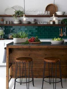 Carrelage métro: 16 idées pour l'adopter dans la cuisine Apartment Kitchen, Home Decor Kitchen, Kitchen Interior, New Kitchen, Home Kitchens, Kitchen Island, Warm Home Decor, Soapstone Kitchen, Kitchen Decorations