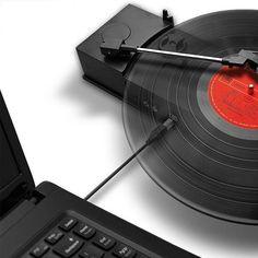 気付けばテクノロジーが発達しまくった近年の社会。レコードにカセット、たくさん集めたのに、今では持ってる音楽が手のひらに収まるスマホやパソコンに全部入ってしまうなんて!でも、あのレア音源はMP3じゃ売ってない・・・今でもアナログで大事にとってあるんだよなぁ。聴きたいけど、レコードプレイヤー、どこやったんだろ?  そんな音楽好きに、是非ご紹介したいのがUSB対応のレコードレコーダーとカセットレコーダー。あの懐メロも、レア音源も、全部デジタル化してパソコンやスマホに保存できちゃいます。  DJも愛用のこのレコーダー。アナログメディアを捨てられない人たちも、一旦これでデータ化してから倉庫に保存したら、部屋が広くなりますよ!