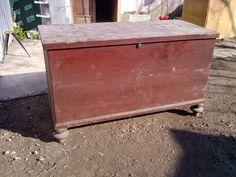 Vecchia cassapanca in legno ,con la sua ferramenta originale ,alta cm 80 x 60x135 cm circa euro 150 nello stato in cui si trova ora ,restaurata euro 300