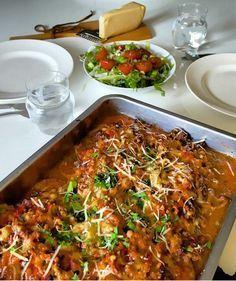 Dette kan ligne litt på moussaka, men er egentlig ment å være et sunnere alternativ til spagetti og kjøttsaus. Poteten inneholder mye mindre karbohydrater enn pasta og ris, samt at den har mange ny…