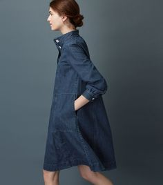 Swingy dress in a soft, washed, indigo-dyed denim. Stand collar, with pleats…