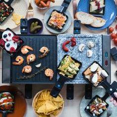 Wenn lange Winterabende oder Silvester vor der Tür stehen, werden auch die Pfannen für das Raclette in vielen Haushalten aus dem Regal geholt. Denn zu geselligen Runden passen Raclette-Rezepte einfach perfekt! Wenn du gerne lange und ausgiebig isst, wirst auch du Raclette lieben. Das sind unsere besten Rezeptideen für Raclette: #raclette #fondue #rezepte Party Finger Foods, Griddle Pan, Sushi, Waffles, Brunch, Raclette Fondue, Breakfast, Ethnic Recipes, Christmas
