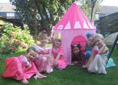 Wil je een prinsessenfeestje thuis, tover je huis dan om een een kasteel, nodig de prinsessen uit en het feest kan beginnen!