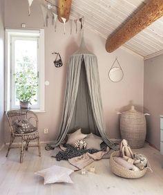 Pokój dziecięcy urozmaica niesamowicie przytulny kącik wyznaczony przez zawieszony pod sufitem baldachim. Stos poduszek...