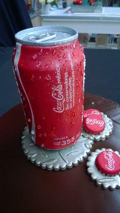 Pastel de chocolate con Coca-Cola de fondant y fichas, letras pequeñas pintadas a mano Coca Cola Cake, Beverages, Drinks, Coco, Cake Decorating, Decoration, Canning, Cakes, Chocolate Cobbler