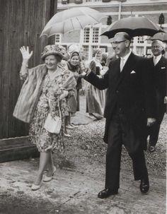 Koningin Juliana en burgemeester R.A. van Sandick, 1962. Collectie Regionaal Archief Rivierenland, Tiel