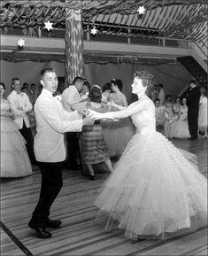 Prom at Creston Iowa High School, 1958 Francis Miller - Jen Wayne Gacy - Deep Nostalgia Vintage Prom, Vintage Mode, Vintage Outfits, Vintage Dresses, Fifties Fashion, Vintage Fashion, Fashion 1920s, Prom Photos, Prom Images
