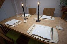 Gedeckter Tisch mit LED Matrix Kerzen und Echtholzplatzdeckchen.