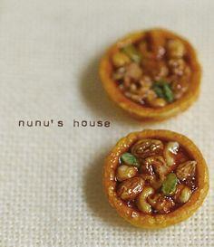 Nunu's house // Caramel nut tartlets, Nunu's House never ceases to amaze me! Barbie Food, Doll Food, Miniature Food, Miniature Dolls, Mini Desserts, Just Desserts, Fairy Food, Mini Pastries, Mini Craft
