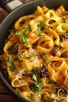 pasta in a creamy sauce with sun-dried tomatoes - Jedzenie - Makaron Yummy Pasta Recipes, Vegan Dinner Recipes, Vegetarian Recipes, Cooking Recipes, Healthy Recipes, B Food, Good Food, Big Meals, Easy Meals