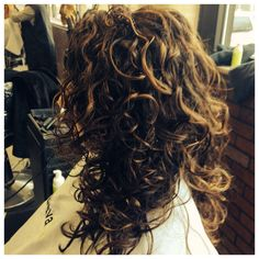 Subtle highlights emphasize curls.#curlyhighlights
