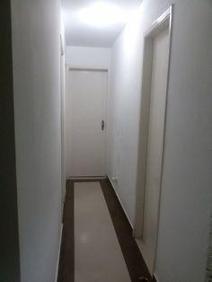 Colocação de piso com rodapé diferentes.