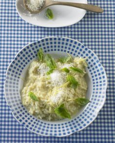 Zitronen-Risotto: Herrlich frisch und cremig zugleich. Das italienische Risotto wird mit Zitronensaft und -schale verfeinert, dazu passt gebratener Fisch.