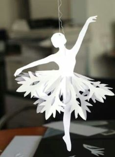 Faire une ballerine en papier, tutoriel Models and tutorials for pretty paper ballerinas. Papercutting, Christmas decorations made of paper. All Things Christmas, Holiday Fun, Christmas Holidays, Christmas Border, Nutcracker Christmas, Holiday Ideas, Holiday Crafts, Fun Crafts, Crafts For Kids