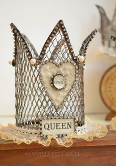 Wire shape for crown points. Mesh pencil cup or basket for bigger crown. Can use opaque cutting mat if needed for stability. Small crown for Cupids for sure. Crown Decor, Diy Crown, Couronne Diy, Invisible Crown, Tiaras And Crowns, Looks Vintage, Vintage Style, Crown Jewels, Wire Art