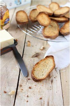 Pains grillés (Krisprolls maison)     500 de farine T65     1 sachet de levure de boulanger      1/2cs de sel     25g de sucre     30g de beurre     30cl d'eau     50g de céréales (pavot, sésame, lin, tournesol…)